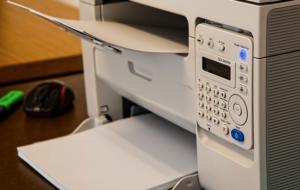 Kurýr odveze nefunkční tiskárnu